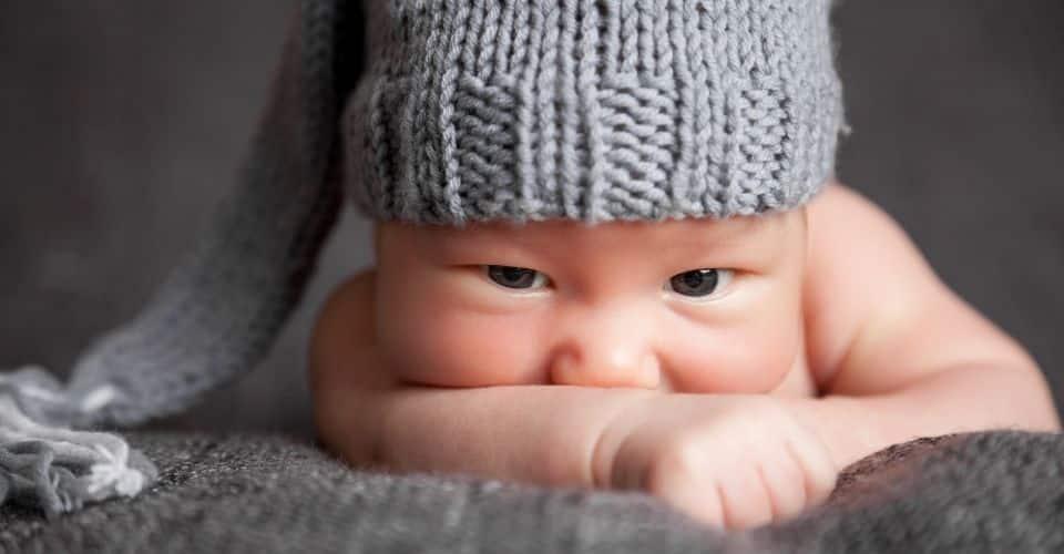 Waarom het zo belangrijk is om baby's regelmatig op hun buik te leggen.